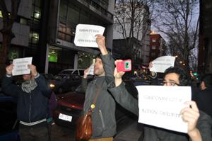 Grupo de jóvenes españoles manifestantes contra Zapatero.