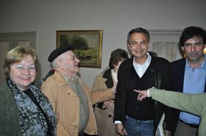 Zapatero junto a emigrantes en el Hogar Español de ancianos.