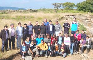 Antonio Rodríguez Miranda posa con el resto de autoridades y los jóvenes participantes en su visita al campo de trabajo de Portomarín.