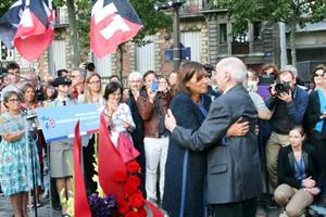 Anne Hidalgo abraza a Rafael Gómez que fue quien condujo el blindado Guernica en su entrada en París.