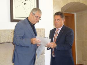El presidente de la Colonia Leonesa en Cuba, Raúl Parrado, muestra unos documentos al titular de la Diputación, Marcos Martínez.