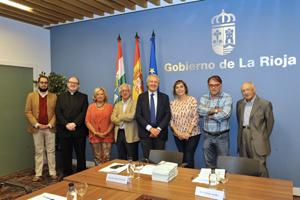 Emilio del Río (centro) y los miembros del Consejo Asesor antes de su reunión.