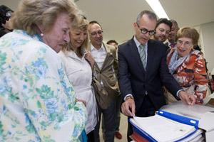 Xesús Vázquez observa uno de los documentos en presencia de Iolanda Díaz (1ª izq.) y del resto de autoridades presentes.