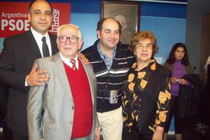 Pepe Vidal (segundo desde la izquierda) junto a su familia el día de la presentación de su libro de poesías.