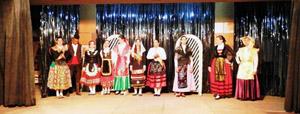 El acto finalizó con el desfile de trajes típicos de las nueve provincias.