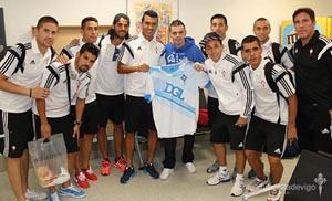 Jugadores del Celta y su técnico Berizzo (1º dcha.), con el representante del Deportivo.