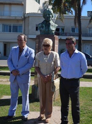 Rosita Lladó flanqueada por el presidente del Centro Gallego, Jorge Torres Cantalapiedra, y por Rafael Gómez, consejero de Emigración.