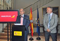 El presidente de Iberia, Luis Gallego, y el embajador español en Uruguay, Roberto Varela.