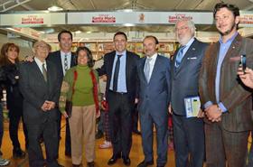 El intendente Mestre (centro) acompañado a su izquierda por autoridades municipales y a su derecha por Gracia Aldaz, De Grandes Pascual y el secretario de Cultura local, Francisco Marchiaro.