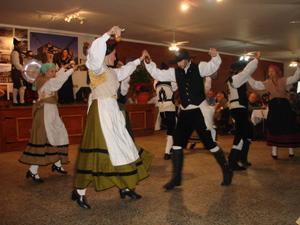 Los bailes asturianos también estuvieron presentes en la celebración.