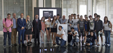 El conselleiro con los jóvenes del Colegio Santiago Apóstol de Buenos Aires.
