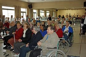Residentes del Hogar asistieron en el auditorio a la actuación del grupo de gaitas del Lar Gallego.