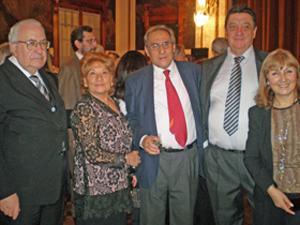 Barrios (en el centro) recibió el afecto y el cariño de los directivos de la colectividad.