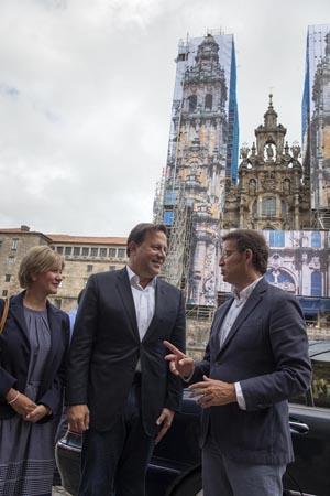 Feijóo con el presidente electo de Panamá, Juan Carlos Varela, y su esposa.
