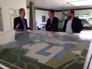 Javier Aguilera (centro), durante su visita al complejo Porto Suape.