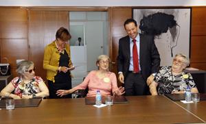 Guillermo Martínez con algunos de los beneficiarios del Programa Añoranza.