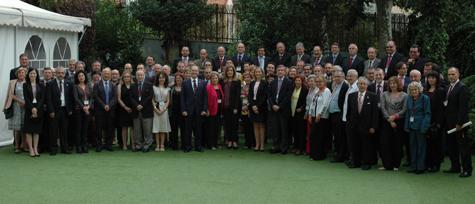 Foto de familia de los participantes en el Pleno del CGCEE con la ministra de Empleo, Fátima Báñez (centro), y el resto de autoridades presentes.