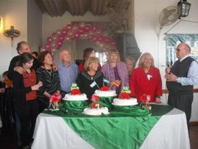 Los miembros de la entidad junto a la tarta aniversario.