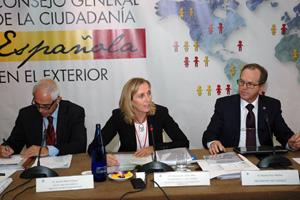La secretaria general de Inmigración y Emigración, Marina del Corral, se dirige a los miembros del CGCEE en el pleno.