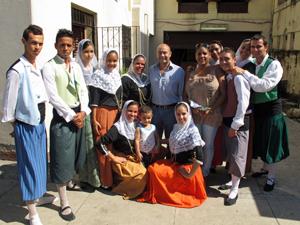 Antonio Gómez con jóvenes de la Casa Balear de La Habana.