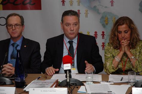 Intervención del representante del Partido Popular, Alfredo Prada, ante Carmela Silva (PSOE) y el presidente del CGCEE, Eduardo Dizy.