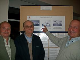 Héctor Cosme Anerot, centro, junto a los paneles de la muestra.