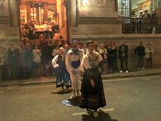 El público aplaudió con entusiasmo la actuación callejera del conjunto juvenil de danzas.