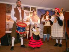 El conjunto de Gaitas Raíces Asturianas amenizó la velada.