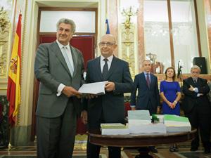 El presidente del Congreso, Jesús Posada, recibió el proyecto de Presupuestos General del Estado para 2015 de manos del ministro de Hacienda, Cristóbal Montoro.