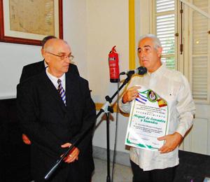 El director de Migraciones con el Reconocimiento Cervantes de la FSEC.