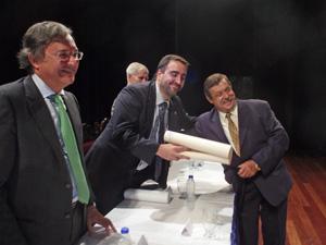 Con la complacencia del Embajador de España, en primer término, José Benito Pérez Vázquez posa junto al vicepresidente de la HGV después de recibir su merecida distinción..