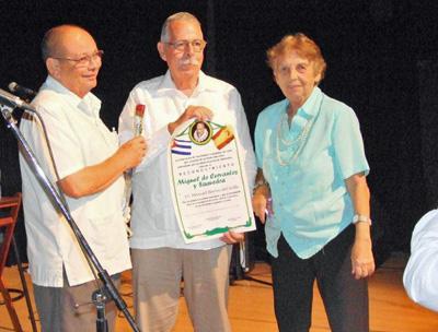 Manuel Barros, centro, recogió el diploma del Reconocimiento 'Miguel de Cervantes'.