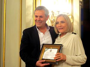 Carlos Santos Valle entrega a Dora Baret la distinción de Miembro de Honor de la Cátedra de Cultura Andaluza de la Universidad Nacional de La Plata.
