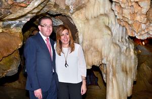 La presidenta de la Junta, Susana Susana, durante su visita a la Gruta de las Maravillas en Aracena (Huelva).