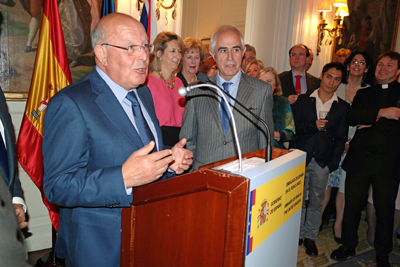 Ernesto Atanes se dirige a los asistentes ante la mirada de Miras Portugal.