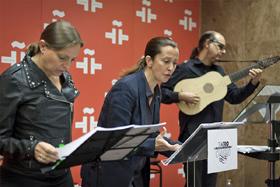 Las actrices Nuria Gallardo (izquierda) y Pepa Pedroche interpretan en el Instituto Cervantes fragmentos de dos obras de Calderón de la Barca, acompañadas por el músico barroco Juan Carlos de Mulder.