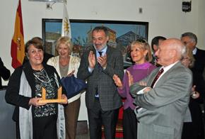 La vicepresidenta de la Asociación Española de Cerro Largo, Susana Escudero, recibió el Premio Colón.