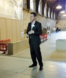 Fernando García explicando la historia del Parlamento Británico.