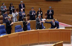 Feijóo recibe los aplausos de conselleiros y diputados del PP tras su discurso.