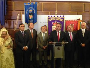 El presidente Antonio Pardo y el resto de autoridades durante el discurso del alcalde de Zaragoza, Juan Alberto Belloch.