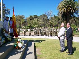 Antonio Reus Tous (de blanco) y Miguel Herrero Domínguez, presidente y vicepresidente, colocaron la ofrenda floral de la Federación Regional de Sociedades Españolas en el monumento al General San Martín.