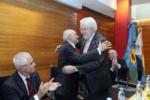 El Embajador de España, felicita a Emiliano Isla Verde por la distinción.