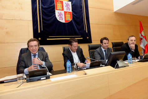 El consejero de la Presidencia, José Antonio de Santiago-Juárez (en primer término), en su comparecencia ante la Comisión de Hacienda.