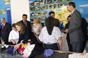 Los Reyes visitaron uno de los lavaderos que en su día sufragaron los emigrantes para que las mujeres del pueblo no tuvieran que lavar en el río.