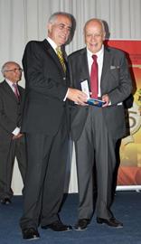 El director de Migraciones entrega la Medalla de Honor de la Emigración al presidente de la Sociedad Española de Socorros Mutuos y Beneficencia, Santiago Morán García.