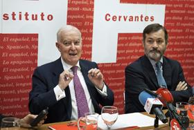 El director del Instituto Cervantes, Víctor García de la Concha, y el secretario, Rafael Rodríguez-Ponga, presentaron el balance.