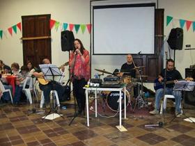 Actuación de Bettina Balvidares.