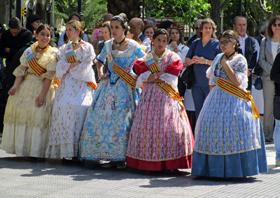 Las jóvenes falleras en la Plaza San Martín.