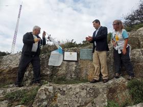 Lorences, Traba y Montano al descubrir la placa conmemorativa.