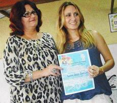 Mariana Anllo recibe el galardón.